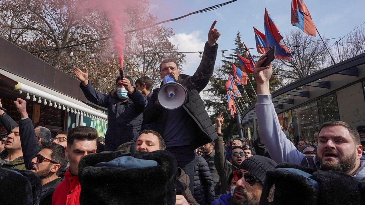 Армянская оппозиция созвала митинг у парламента республики