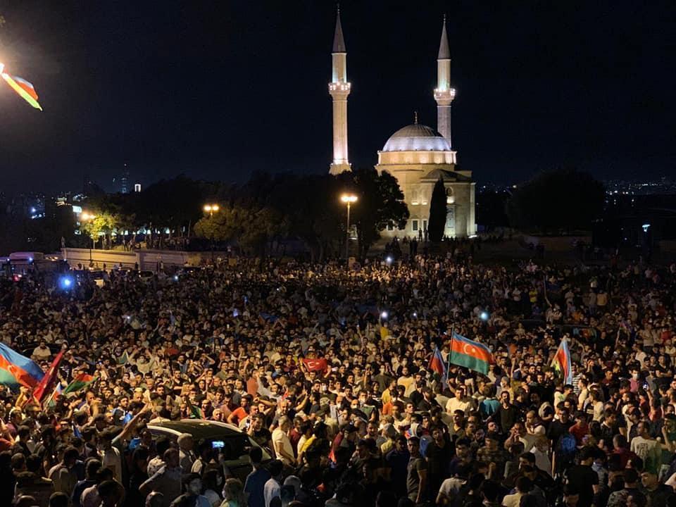 Митингующие в Баку потребовали объявить мобилизацию армии Азербайджана.